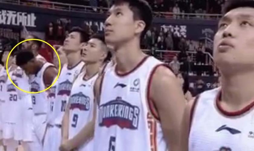 Guerschon Yabusele foi multado por orar em vez de olhar para bandeira da China. (Foto: Reprodução/Twitter)