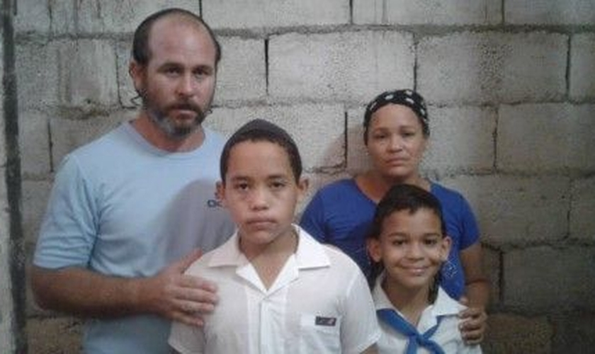 Família judia cubana sofre perseguição religiosa no país. (Foto: Reprodução/CSW)