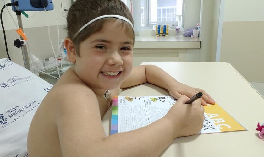 Júlia Abrame comemora sucesso de transplante de medula óssea. (Foto: Arquivo Pessoal/Adriana Abrame)