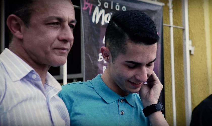 Daniel (esquerda) contou com a ajuda de seu filho, José (direita) para se libertar do vício das drogas. (Imagem: Youtube / Reprodução)