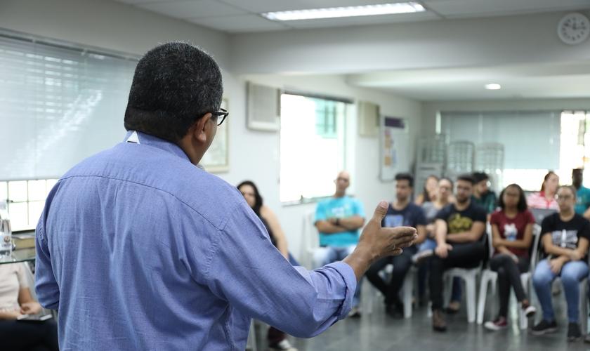 Enrique Machado contou seu testemunho em igrejas brasileiras. (Foto: Portas Abertas Brasil)