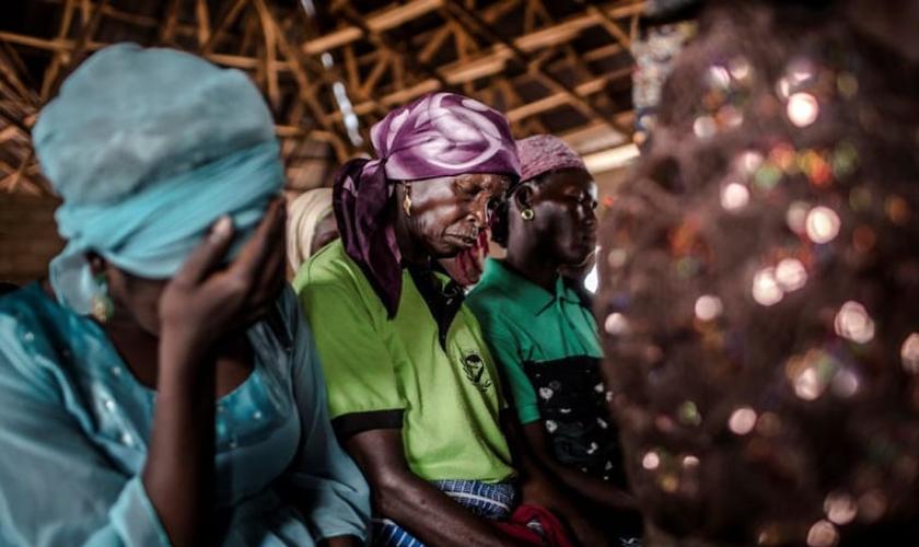 Uma mulher cristã ora enquanto assiste ao culto de domingo na Igreja Ecwa,no Estado de Kaduna, Nigéria, em 14 de abril de 2019. (Foto: LUIS TATO/AFP via Getty Images)