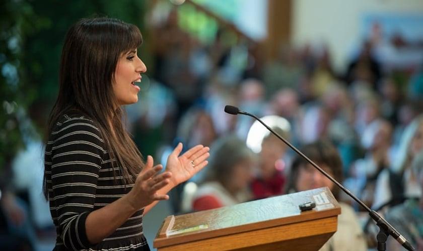 Esposa do Pastor Saeed, Naghmeh Abedini fala sobre liberdade religiosa em um evento, nos EUA.