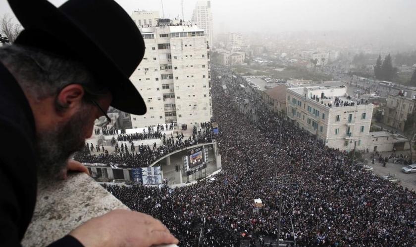 Judeu ultra-ortodoxo olha para um evento de oração em massa em Jerusalém. (Foto: Reuters/Darren Whiteside)
