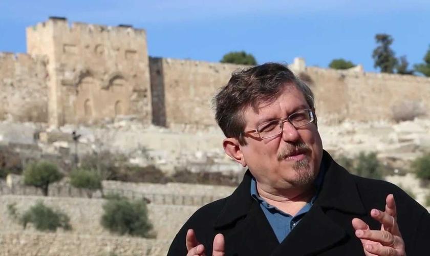 O pastor, linguista e hebraísta Luiz Sayão enxerga o momento de crise como uma oportunidade. (Foto: Reprodução/Youtube)