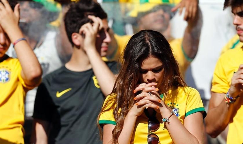Bruna Marquezine, quando ainda namorada Neymar, orando durante jogo do Brasil. (Foto: Reprodução)