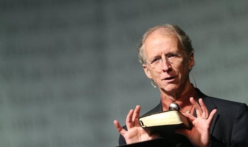 O teólogo John Piper afirma que é preciso arrancar o vício em entretenimento pela raiz. (Foto: Reprodução)