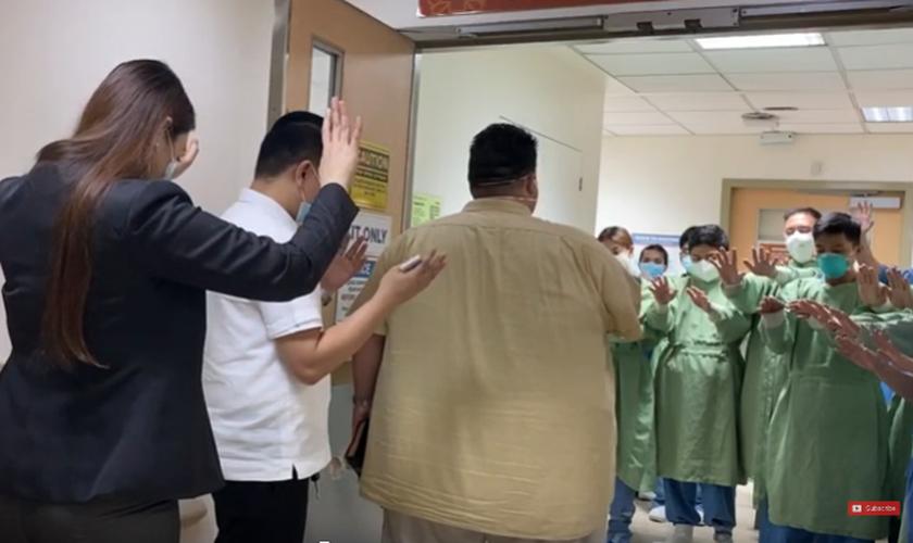 O bispo Joseph Castillo evangelizou e orou pela equipe de um hospital em Manila, nas Filipinas. (Foto: Joseph Castillo/Facebook)