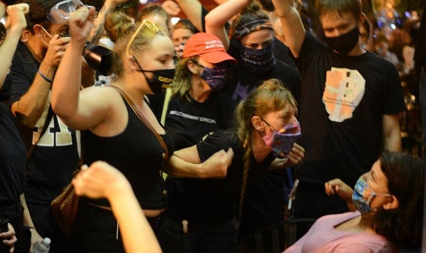 Ativistas confrontam mulher em restaurante por se recusar a levantar o punho em gesto de apoio. (Foto: Fredrick Kunkle/The Washington Post)