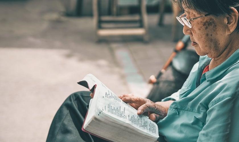 Imagem ilustrativa de chinês durante leitura. (Foto: Pexels/Zhang Kaiyv)