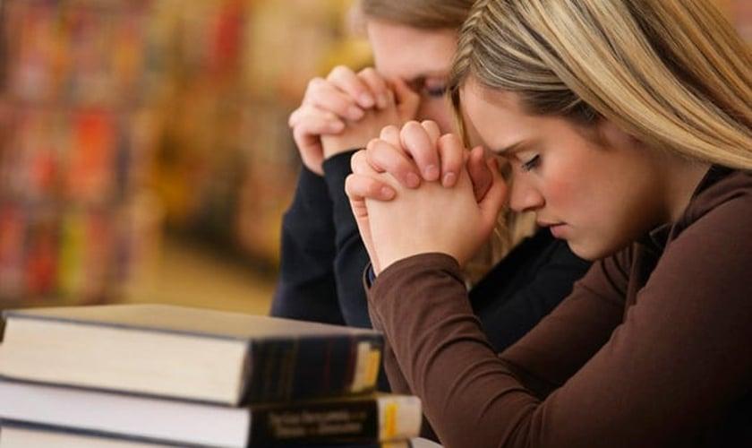 Imagem ilustrativa: adolescentes durante oração.