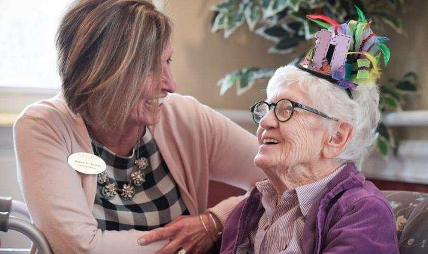 Jeanne Hansen com Merle Phillips, de 111 anos, durante sua festa de aniversário. (Foto: Mark Black|Staff Photographer)