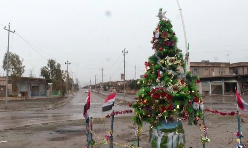 Árvore do lado de fora da Igreja Mart Shmony marca o retorno do Natal para Bartella, no Iraque. (Foto: Mohammed Tawfeeq/CNN)