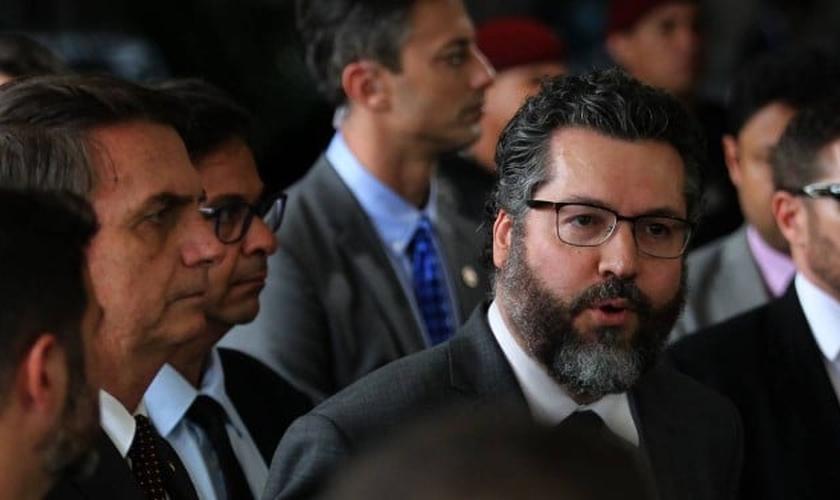 O presidente eleito, Jair Bolsonaro, e o futuro ministro das Relações Exteriores, Nelson Ernesto Araújo. (Foto: Jorge William/Agência O Globo)
