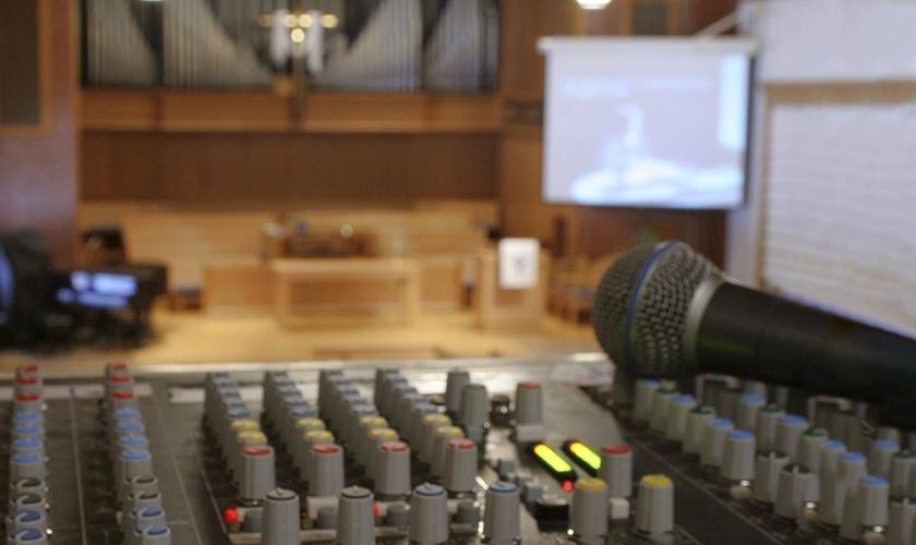 Imagem ilustrativa de aparelho de som em uma igreja. (Foto: Jeff Wilkinson)