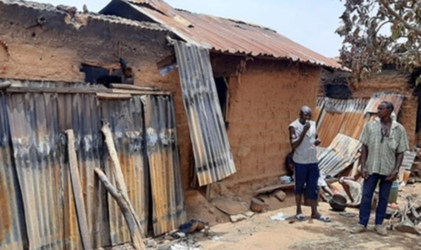 Casas de uma aldeia cristã foi incendiada após ataque por militantes Fulani. (Foto: Barnabas Fund)