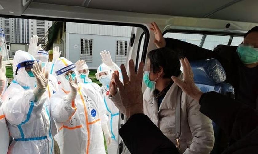 Pacientes recuperados do coronavírus se despedem de equipe médica em hospital da China. (Foto: Xinhua/Gao Xiang)
