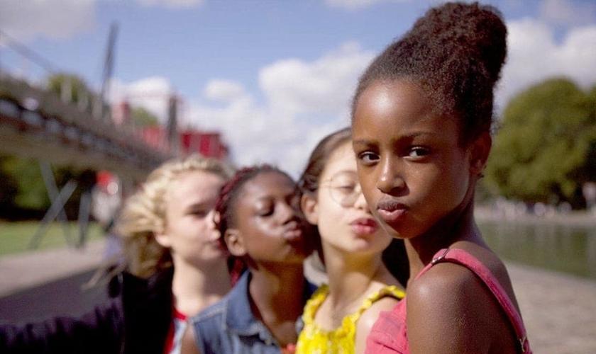 """O filme """"Lindinhas"""" exibe garotas de 11 anos em cenas nas quais dançam com movimentos sugestivos e sensuais, sendo apontado como uma exemplo de """"pedofilia legalizada"""". (Imagem: Netflix)"""