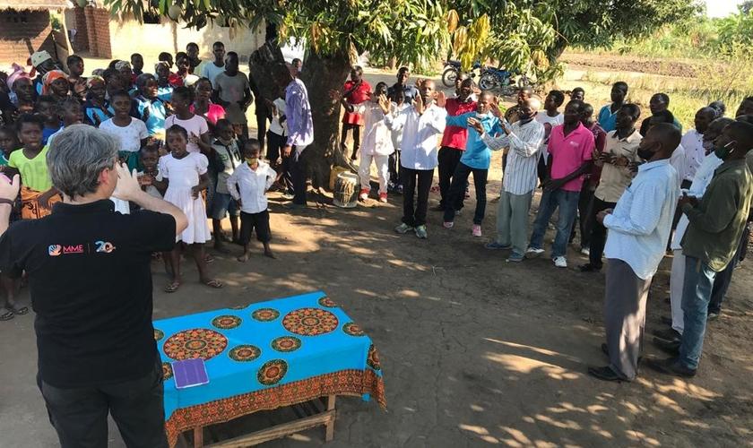 Pastor e missionário Elias Caetano pregando na aldeia de Chizizira, em Moçambique. (Foto: Missão Mãos Estendidas)