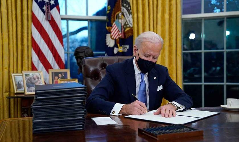 Em seu primeiro dia oficial de gestão, Joe Biden assinou uma nova ordem que protege a agenda transgênero nos EUA. (Foto: AP)