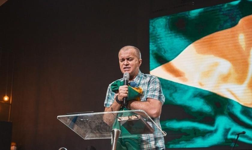 Com a bandeira do Brasil em mãos, pastor do MEVAM faz oração. (Foto: Instagram/Luiz Hermínio)
