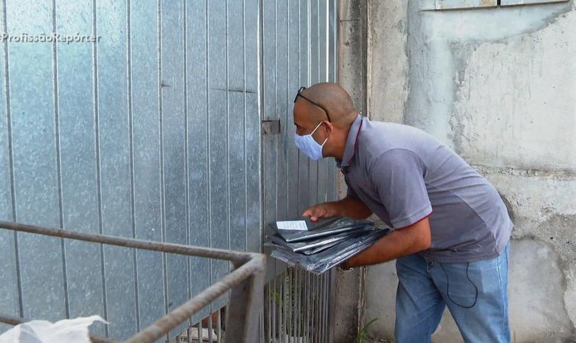 Pastor Adalto Oliveira Brito vende sacos de lixo para ajudar a pagar contas de sua igreja. (Foto: Profissão Repórter/Globo)