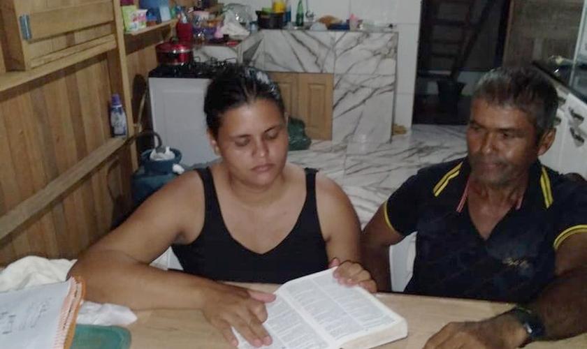 Rosa Maria lê a bíblia para o marido Alfredo Silva, de 60 anos, há 12 anos. (Foto: Reprodução/Arquivo pessoal)
