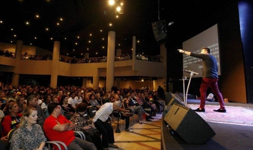 Pastor Felippe Valadão durante pregação na Igreja Lagoinha Niterói. (Luiz Ackermann / Agência O Globo)