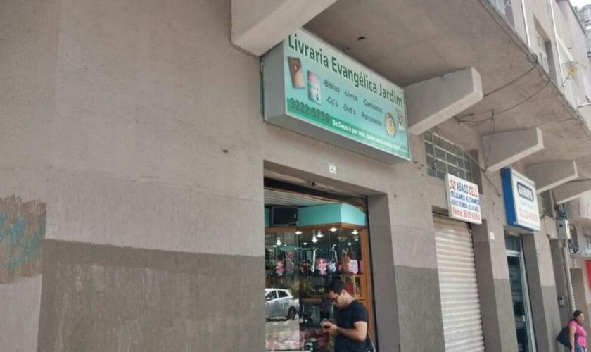 O suspeito anunciou assalto à livraria, mas foi surpreendido pela atitude de um dos funcionários. (Foto: Reprodução)