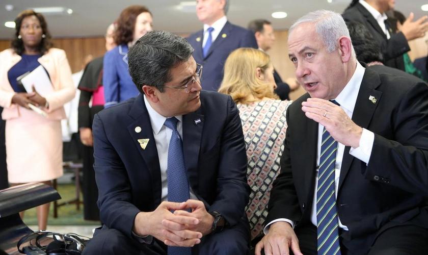 O primeiro-ministro de Israel, Benjamin Netanyahu, em conversa com o presidente de Honduras, Juan Orlando Hernández, em Brasília. (Foto: Reuters)