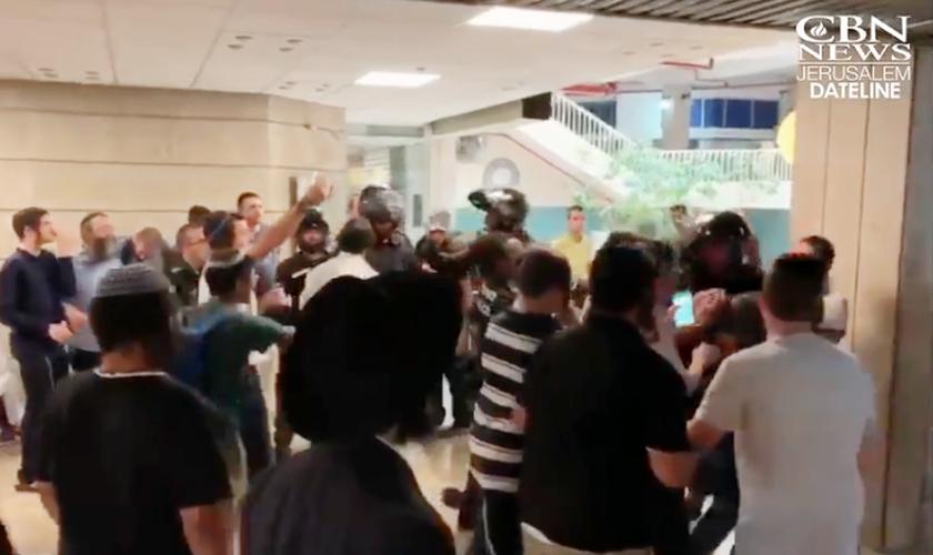 Manifestantes judeus hostilizaram crentes messiânicos na entrada de uma congregação em Jerusalém. (Foto: Reprodução/CBN News)