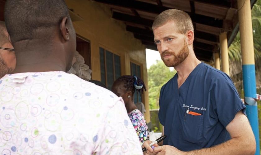 Dr. Kent Brantly com paciente na Libéria antes de contrair o Ebola em julho de 2014. (Foto: Samaritan's Purse)