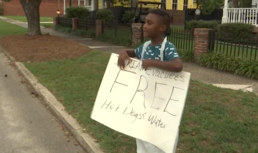 Jermaine Bell, de 6 anos, usou o dinheiro de seu aniversário para comprar alimentos para evacuados do furacão Dorian. (Foto: Reprodução/WJBF)