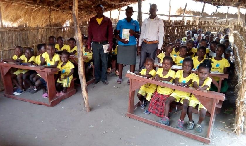 Com o apoio do Projeto Umodzi e da MME, crianças da aldeia de Hatone (Malawi) estão recebendo educação, comida e a Palavra de Deus. (Foto: Guiame)