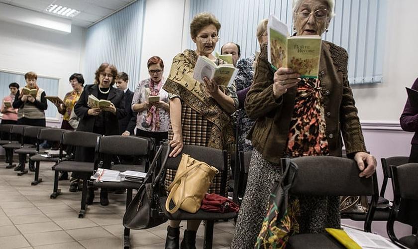 Testemunhas de Jeová cantam hinos durante reunião em Rostov do Don, na Rússia. (Foto: Getty Images)