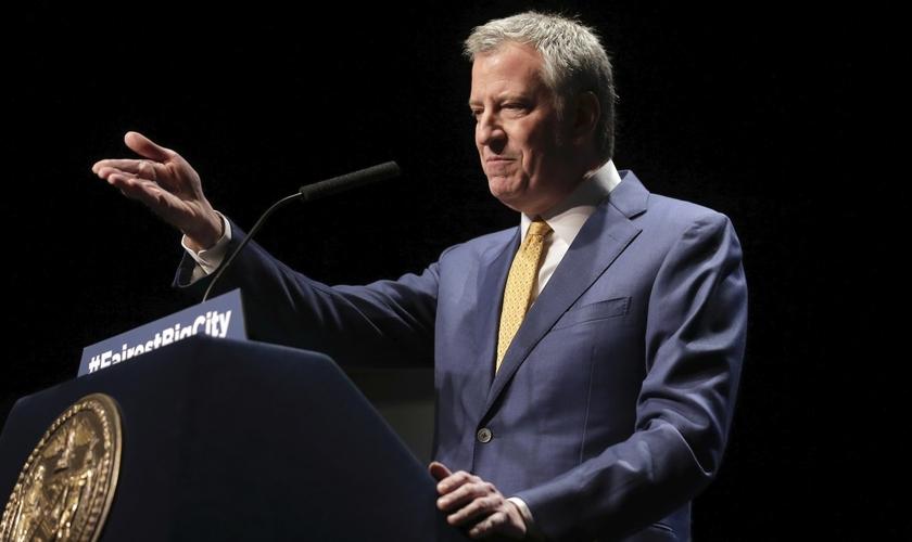Prefeito de Nova York, Bill de Blasio, ameaçou fechar igrejas permanentemente se não houver suspensão dos cultos. (Foto: AP Photo/Seth Wenig)