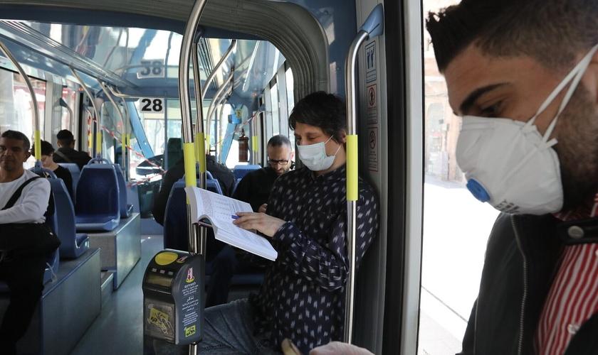 Passageiros em transporte público de Jerusalém. (Foto: Yossi Zamir/Flash90)