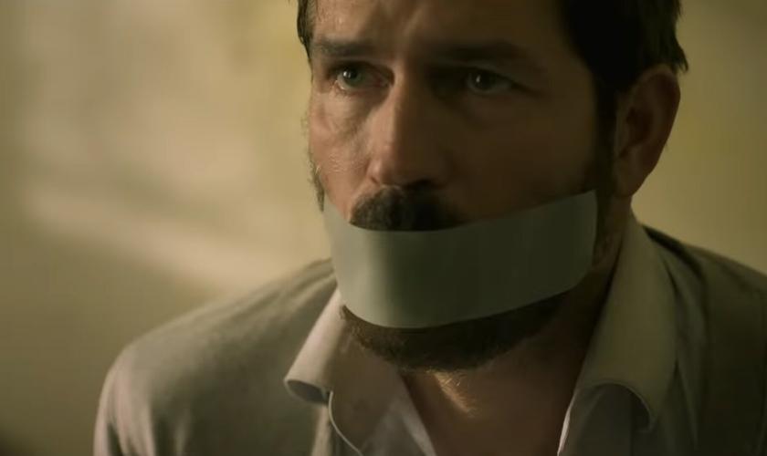 """Jim Caviezel está lançando seu novo filme """"Infidel"""", em 18 de setembro. (Imagem: Youtube / Reprodução)"""