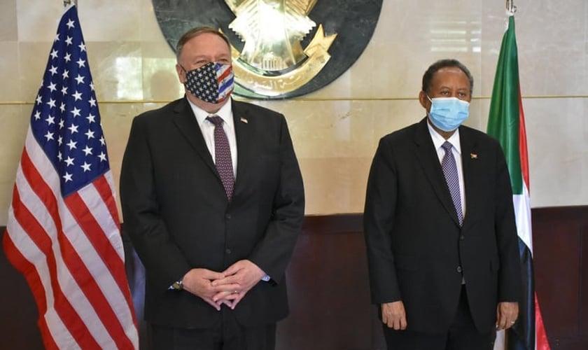 Secretário de Estado dos EUA, Mike Pompeo (direita) esteve em Cartum, no Sudão, junto a uma delegação de Israel, para mediar um acordo de paz entre o estado árabe e o estado judeu. (Foto: Embaixada dos EUA em Cartum / Domínio Público)