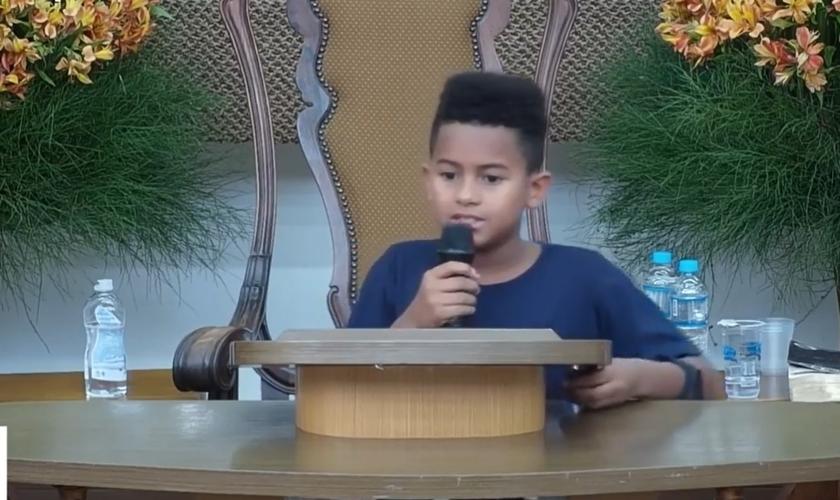João Wallace compartilhou seu testemunho durante o culto de adolescentes da AD Belém Campinas, no dia 2 de novembro. (Imagem: Facebook / AD Belém Campinas)