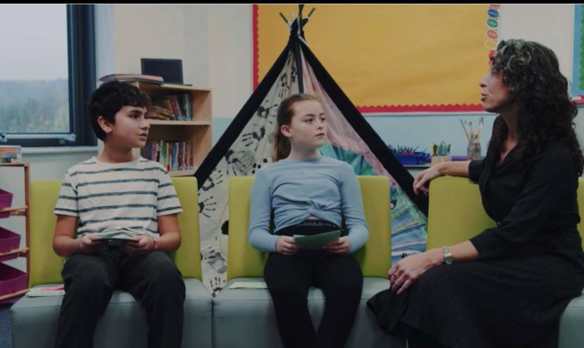 Vídeo da BBC mostrava uma professora ensinando a crianças sobre a 'diversidade de gêneros'. (Foto: Youtube / Reprodução)