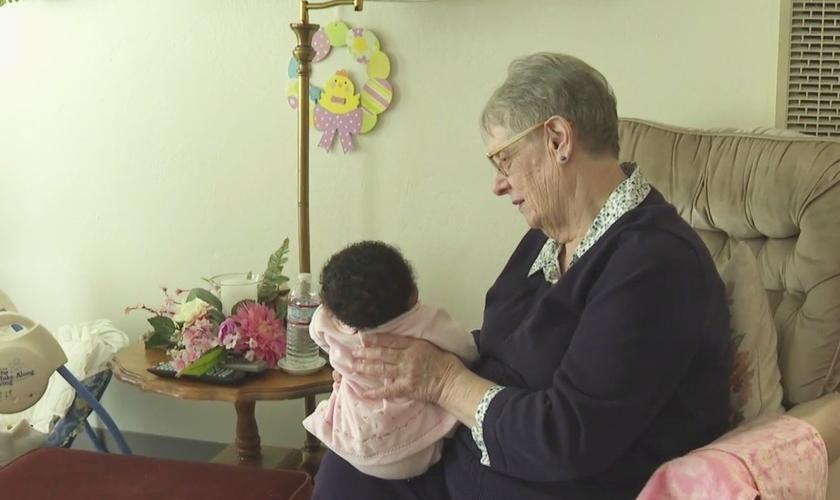 Linda Owens, de 78 anos, é uma mãe adotiva temporária na Califórnia. (Foto: Reprodução/KPIX-TV)