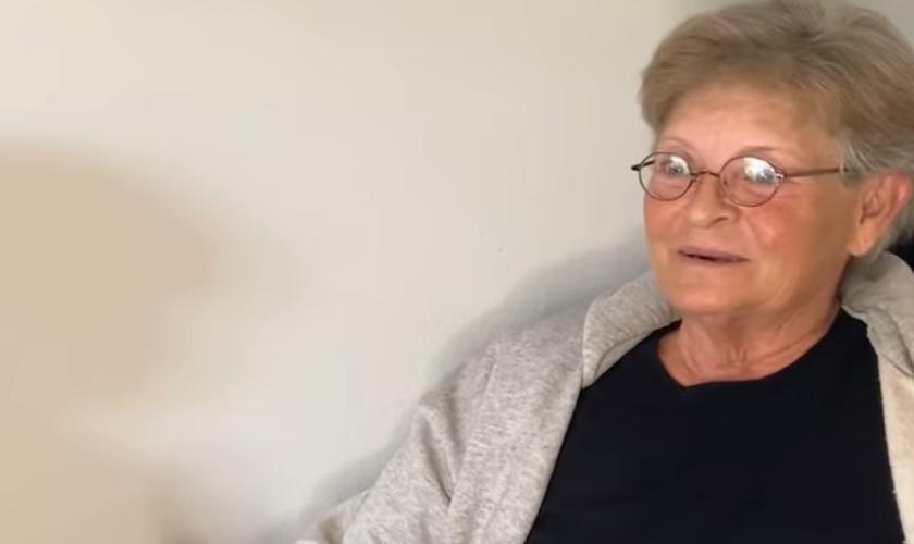 Pam, de 62 anos, foi evangelizada por uma ex-transgênero. (Foto: God Reports).