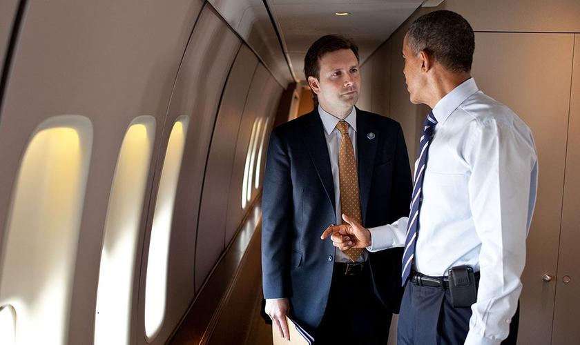 Presidente dos Estados Unidos, Barack Obama, em conversa com o porta-voz da Casa Branca, Josh Earnest. (Foto: Pete Souza/White House)