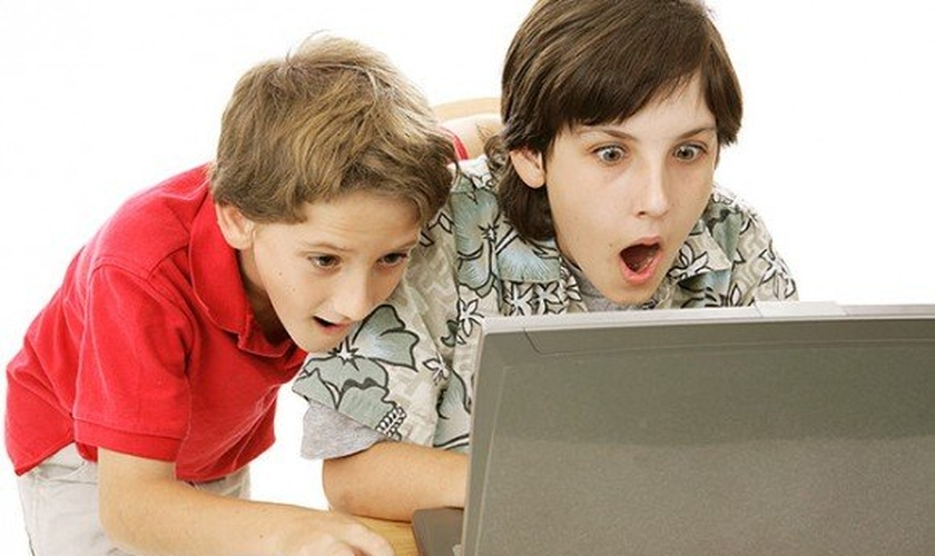 Crianças em frente ao computador