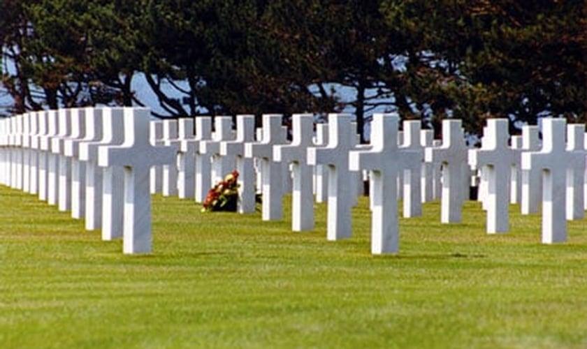 Cruzes em cemitério.