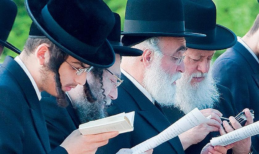 O Códigos da Bíblia apoiam a crença judaica de que as palavras da Torá foram ditadas por Deus a Moisés.