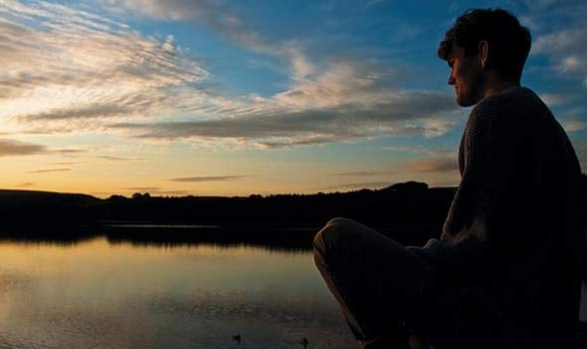 Homem refletindo