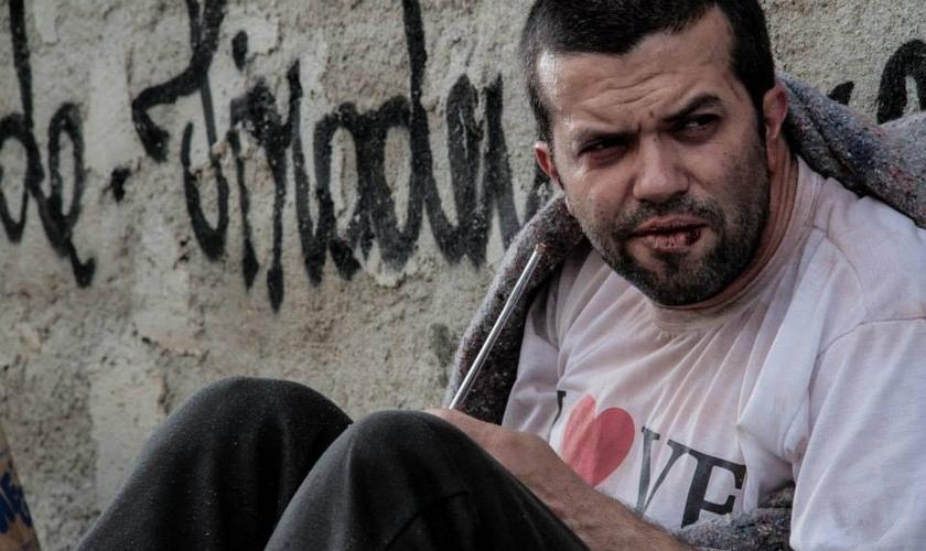"""Caique Oliveira interpretando Eduardo no filme """"Metanoia"""". (Assessoria)"""