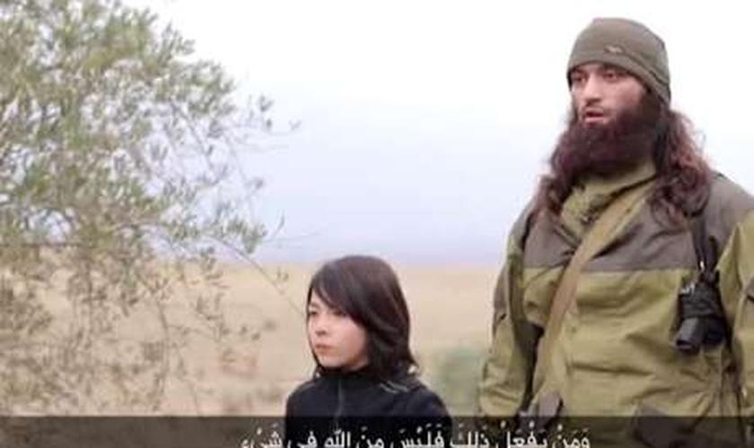 Garoto ao lado de jihadista